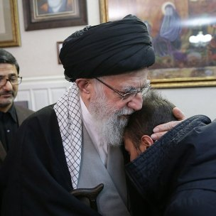 khamenei-abraça-filho-de-soleimani