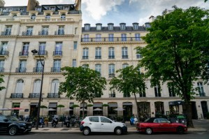 Ghislaine Maxwell, 'rabatteuse' de Jeffrey Epstein traquée par le FBI, serait réfugiée à Paris et fréquenterait l'ambassade d'Israël