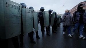 Violences de Paris à St-Pétersbourg : un policier au chevet de sa victime pour lui demander pardon